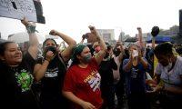 """AME4613. SAN SALVADOR (EL SALVADOR), 02/05/2021.- Diversas organizaciones de la sociedad civil se manifiestan en contra de la destitución de magistrados de la Sala Constitucional de la Corte Suprema de Justicia, hoy en San Salvador (Salvador). Los manifestantes han alzando su voz por lo que consideran una """"dictadura"""" por parte del presidente de El Salvador, Nayib Bukele. EFE/Rodrigo Sura"""