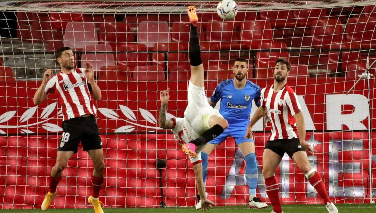 El delantero argentino del Sevilla FC Lucas Ocampos (2i) remata de chilena ante la defensa del Athletic de Bilbao, durante el partido correspondiente a la jornada 34 de La Liga que se juega el 3 de mayo en el estadio Sánchez-Pizjuán, en Sevilla. Foto Prensa Libre: EFE.