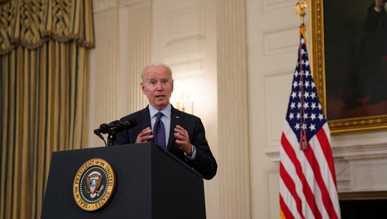 Washington (United States), 04/05/2021.- US President Joe Biden takes questions after delivering remarks on the Covid-19 response and the vaccination program, from the State Dining Room of the White House in Washington, DC, USA 04 May 2021. The President announced he will allow some governors to turn down doses they don't need or want and reallocate those doses to other states and he also set a goal of getting at least one dose of the Covid-19 vaccine to 70 percent of adults by 04 July. (Estados Unidos) EFE/EPA/Alex Edelman / POOL
