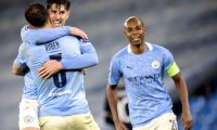 Manchester (United Kindom), 04/05/2021.- Manchester City's John Stones (C), Ruben Dias (L) and Fernandinho (R) celebrate after winning the UEFA Champions League semi final, second leg soccer match between Manchester City and Paris Saint-Germain in Manchester, Britain, 04 May 2021. (Liga de Campeones, Reino Unido) EFE/EPA/PETER POWELL