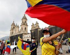 """BOG400 BOGOTÁ (COLOMBIA), 05/05/2021.- Manifestantes llegan a la Plaza de Bolívar durante una nueva jornada de protestas por un nuevo """"paro nacional"""" convocado por los sindicatos y organizaciones sociales, que desde el pasado miércoles movilizan a miles de personas en todo el país, hoy en Bogotá (Colombia). La tensión reina este miércoles en las calles de Colombia, donde persisten las manifestaciones contra el Gobierno mientras crece el clamor al presidente Iván Duque para que abra un diálogo nacional y terminen los desórdenes y la violencia policial. EFE/ Carlos Ortega"""