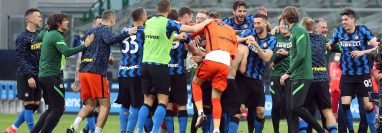 Los jugadores del Inter de Milán festejan el triunfo contra la Sampdoria. (Foto Prensa Libre: EFE).