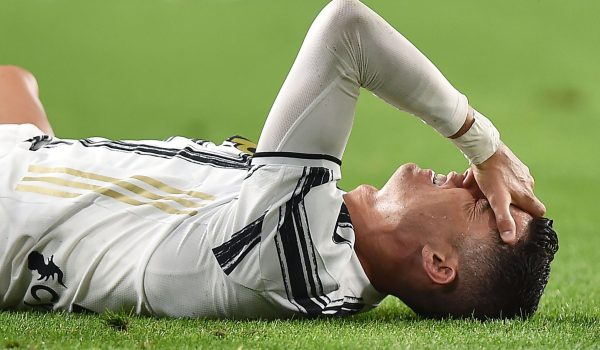 Cristiano Ronaldo se lamenta después de la derrota de la Juventus FC contra el  AC Milan. (Foto Prensa Libre: EFE).