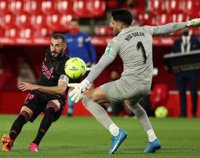 El Real Madrid golea al Granada y sostiene la emoción por conseguir La Liga