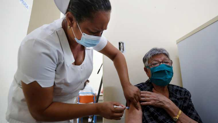 El mundo continúa en alerta por el avance del coronavirus y el poco acceso a las vacunas por parte de países con menos recursos económicos. (Foto Prensa Libre: EFE)