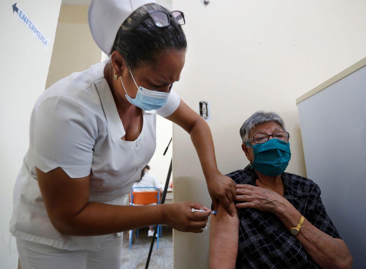 La UE prevé donar cien millones de dosis a países pobres a final de año