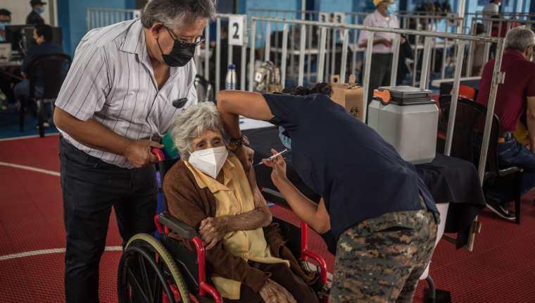 Guatemala es uno de los peores países del mundo en cuanto a vacunación. Actualmente se vacuna solo a adultos mayores. (Foto Prensa Libre: EFE)