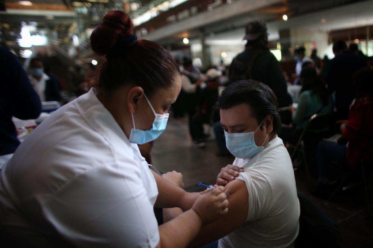 México iniciará vacunación de personas de 40 a 49 años en junio y El Salvador comienza con los de 45 años