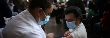 Una trabajadora de Salud vacuna un profesor durante una jornada de vacunación masiva contra el covid-19, en la Biblioteca Vasconcelos de Ciudad de México, México. (Foto Prensa Libre: EFE)