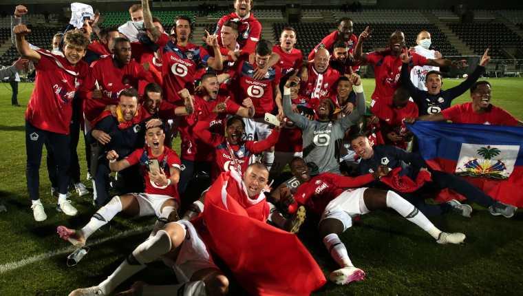 Los jugadores del  Lille celebrann después de ganar la Liga francesa. (Foto Prensa Libre: EFE).
