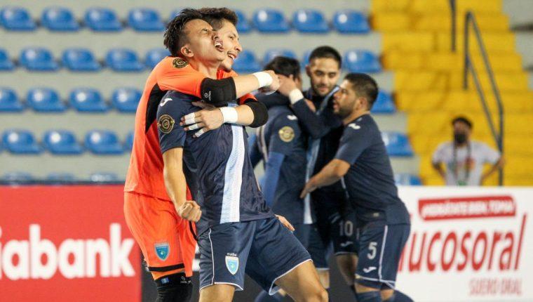 Roberto Alvarado, de azul, anotó un doblete en tiempo regular, y un penal, que le dieron la clasificación a Guatemala al Mundial de Fustal de Lituania 2021. Foto Prensa Libre: Fedefut.
