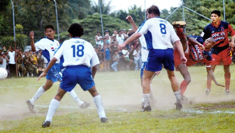 Acción durante el juego entre Municipal y Santa Lucía, en el estadio Ricardo Muñoz Gálvez, en el Clausura 2001. (Foto Prensa Libre: Hemeroteca PL)