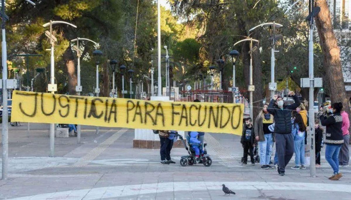 Pasó en Argentina: Falló un penal y sus compañeros le dieron una brutal paliza hasta enviarlo al hospital