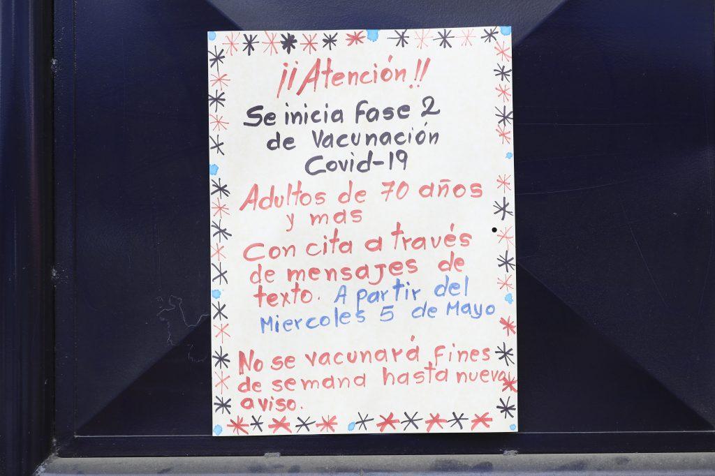 Rótulo donde se explica el momento en que estará cerrado el centro de vacunación.