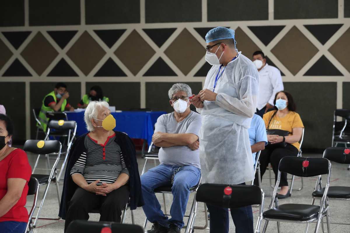 Por qué en Guatemala camina lento la vacunación en comparación con Centroamérica
