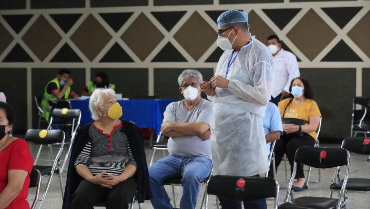 En Guatemala ha sido lenta la vacunación, los puestos atienden en horas de oficina y las campañas de difusión no han sido efectivas. Foto: Fernando Carrera