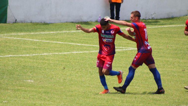 Los jugadores de Iztapa celebran frente a Municipal. (Foto Prensa Libre: Cortesía Byron Mendoza)