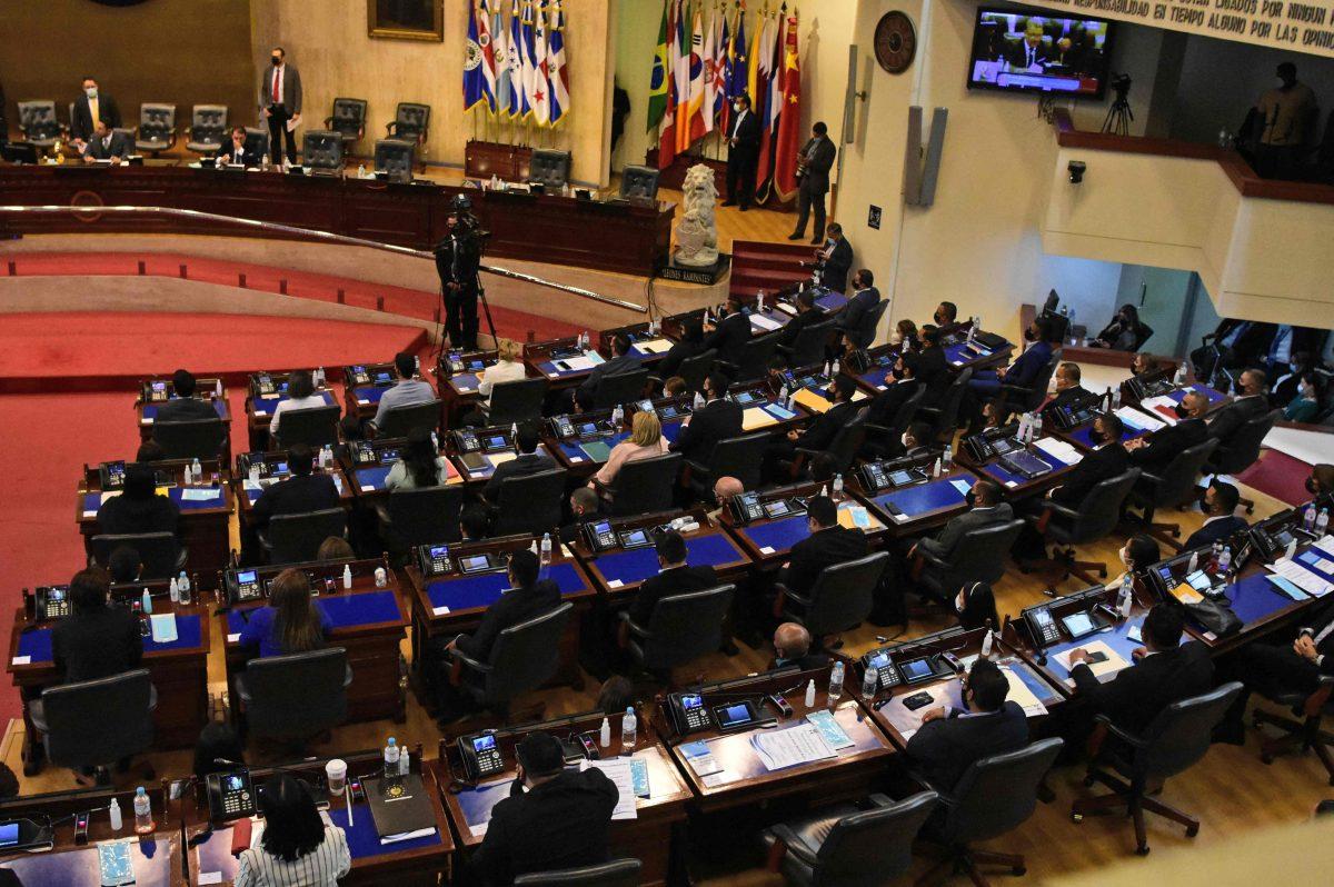 EE.UU. expresa a Bukele profunda preocupación por destituciones en El Salvador