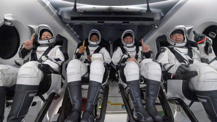 Concluye primer viaje comercial tripulado de la NASA tras retorno de cápsula