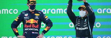 Lewis Hamilton, de Mercedes, festeja en el podio  ante la mirada de Max Verstappen en el Gran Premio de España. (Foto Prensa Libre: AFP).