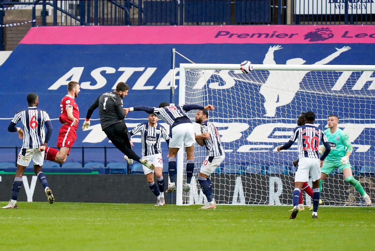 El portero Alisson marca en el tiempo de reposición y acerca al Liverpool a la Champions