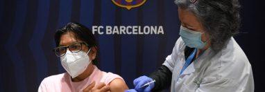 Una mujer recibe la vacuna de Pfizer-BioNTech durante la campaña de inmunización contra el covid-19 en el Camp Nou ,estadio del FC Barcelona. Foto Prensa Libre: AFP.