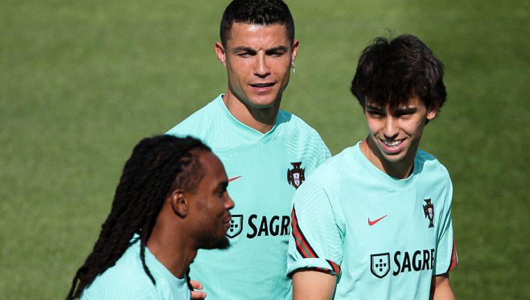 """Renato Sanches (I), Cristiano Ronaldo (C) and Joao Felix en un entrenamiento en la """"Cidade do Futebol"""" en Oeiras, Portugal. Se preparan para la Euro 2020. Foto Prensa Libre: AFP."""