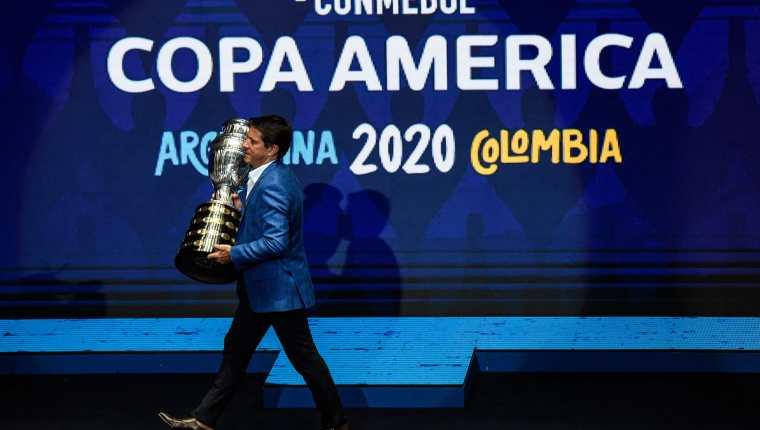 """La institución rectora del fútbol sudamericano añadió que está analizando """"la oferta de otros países que mostraron interés en albergar el torneo continental"""". (Foto Prensa Libre: AFP)"""