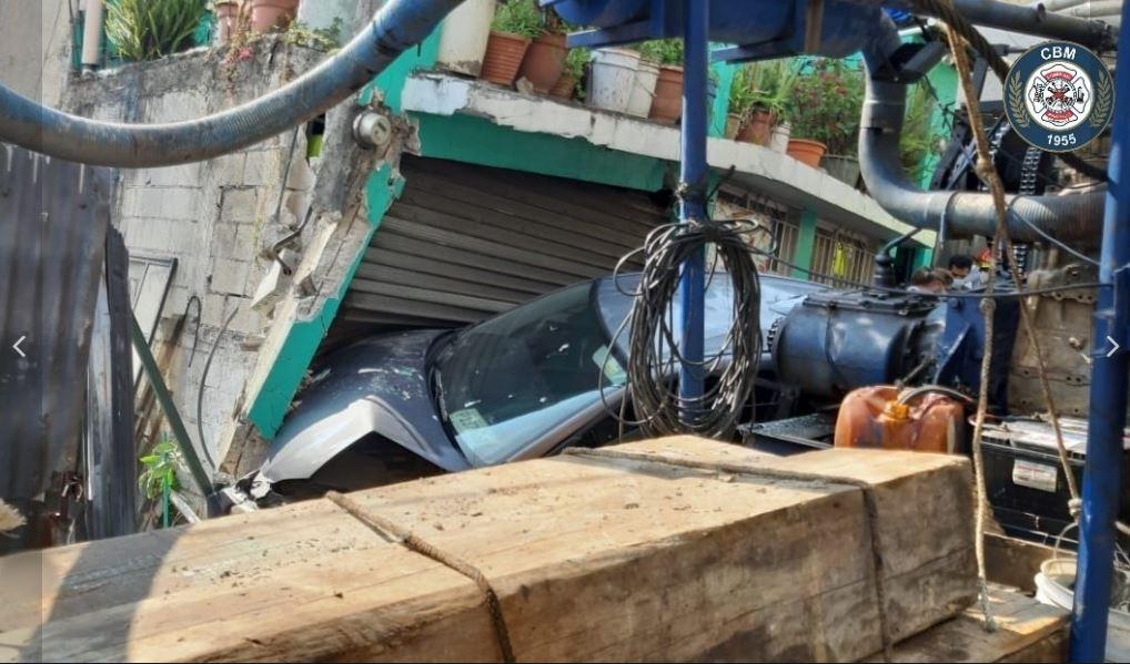 Qué se sabe del accidente de un camión y un vehículo en la Calzada La Paz, donde una casa quedó con serios daños
