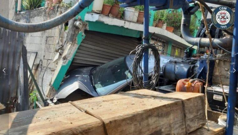 Uno de los vehículos se empotró en una vivienda, en la Calzada La Paz. (Foto Prensa Libre: Bomberos Municipales)