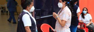En medio del incremento de municipios en rojo, Guatemala continúa con la vacunación contra el covid-19. (Foto Prensa Libre: Élmer Vargas)