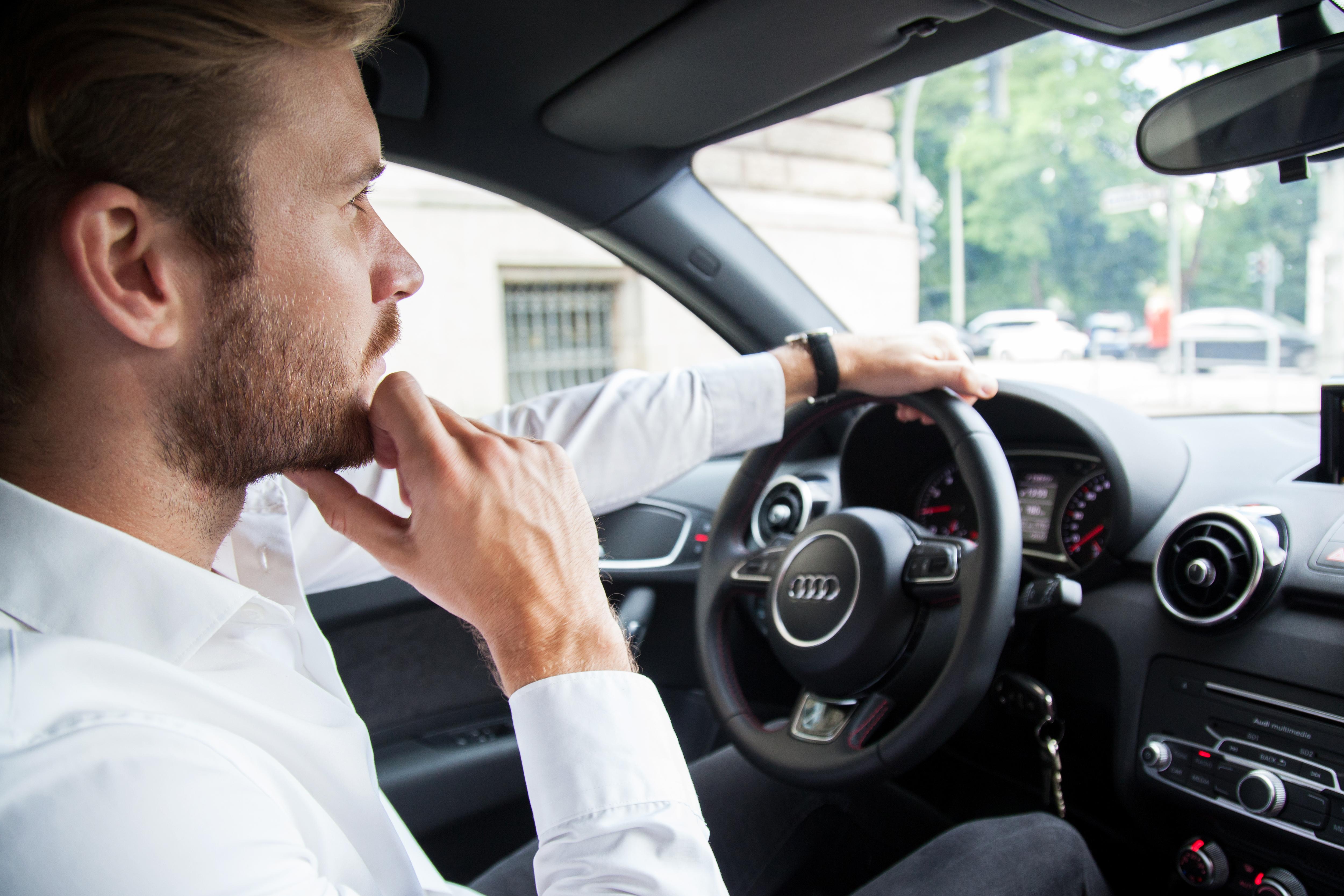 Escuchar música y pódcast de forma segura al conducir