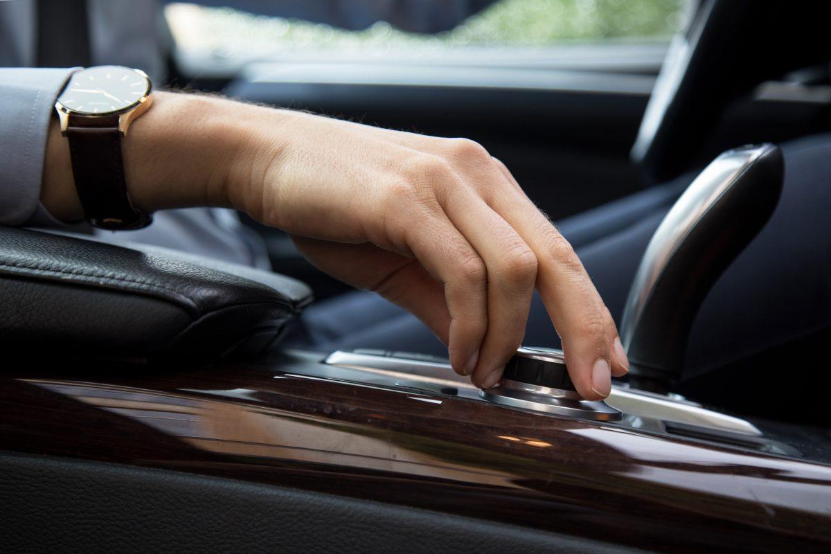 Cómo escuchar música y pódcast de forma segura mientras se conduce