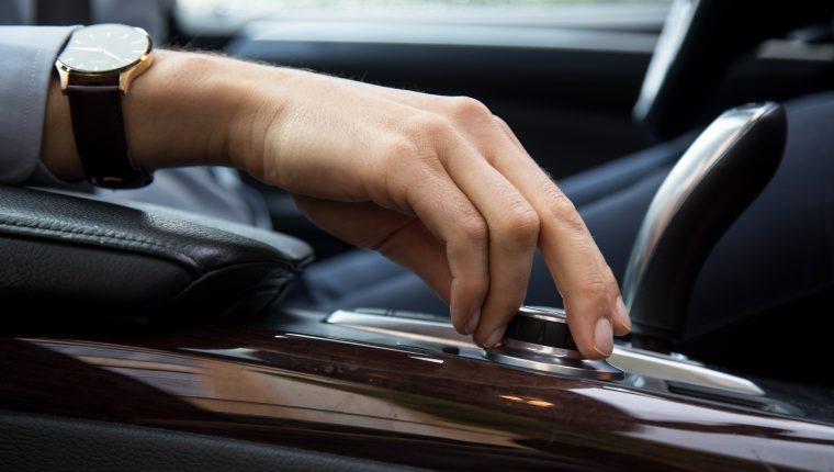 Escuchar música y podcast de forma segura al conducir