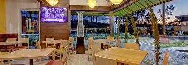 Abrir espacio de mesas al aire libre y servicio a domicilio, dos estrategias en la industria de  restaurantes. (Foto, Prensa Libre: Cortesía).