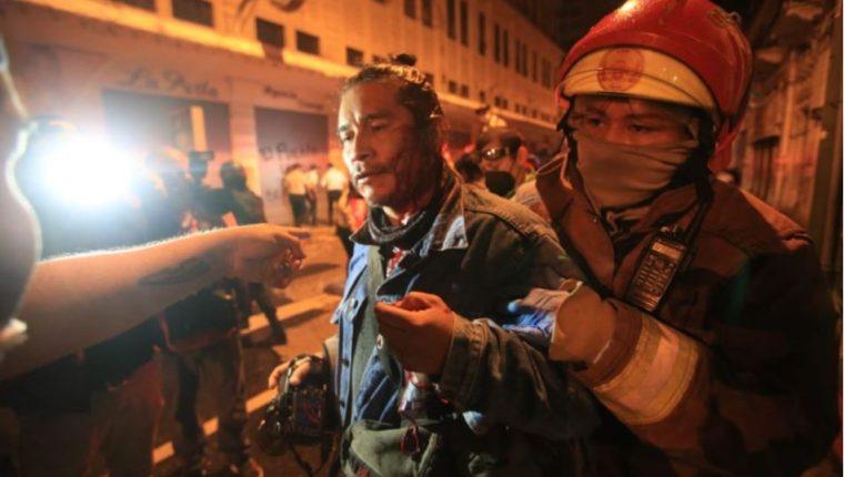 El periodista Carlos Sebastián fue agredido por agentes de la PNC durante las protestas en el Centro Histórico de la capital guatemalteca por el Presupuesto 2021. (Foto Prensa Libre: Carlos Hernández)