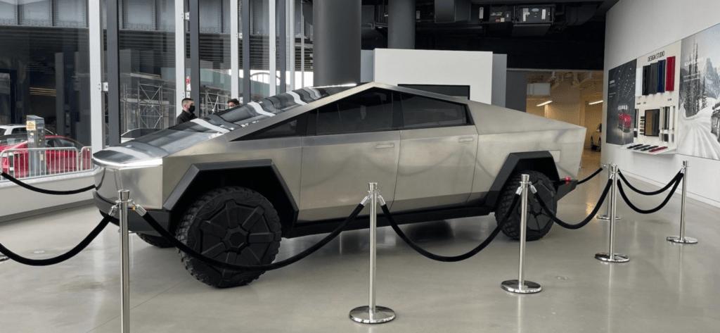 El Tesla Cybertruck deslumbra a Nueva York: Elon Musk lo presume en las calles y en la TV