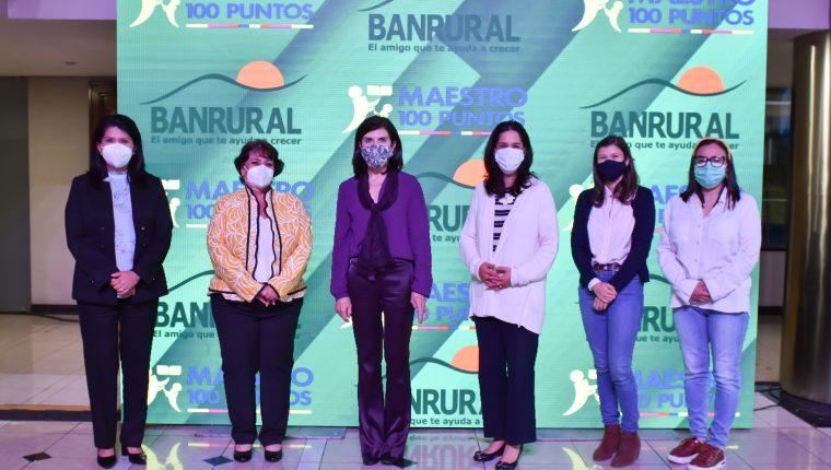 Banrural sigue con el apoyo para reconocer a los maestros que se destacan en sus labores. Foto Prensa Libre: Cortesía.
