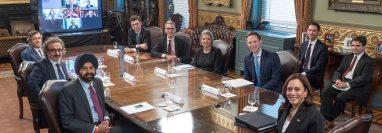 Representantes de empresas e instituciones, durante la reunión con Kamala Harris. (Foto: @hamdiulukaya/Twitter)