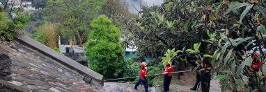 El cuerpo de Marvin José Roldán fue extraído con cuerdas y equipo de rescate. (Foto Prensa Libre: CBM)