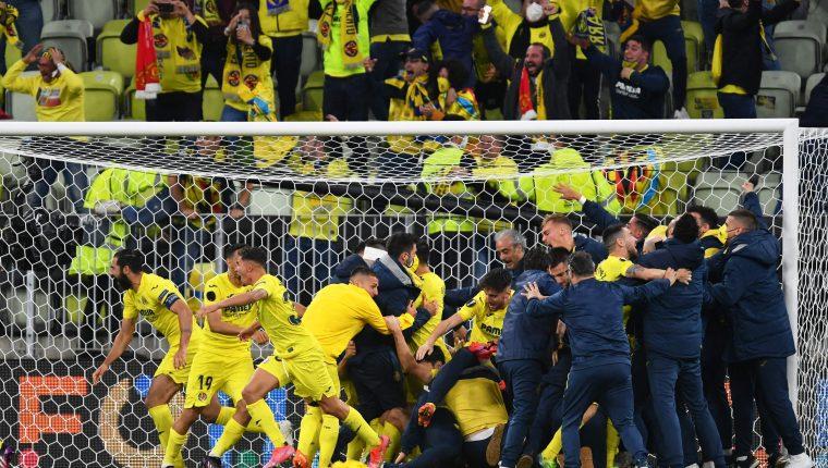 Los jugadores del Villarreal festejan el título. (Foto Prensa Libre: AFP)
