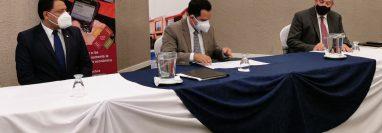 """Momento de la firma de la """"Alianza Público-Privada para la Reducción de Migración Irregular en Guatemala"""" a cargo de la Fundación Swisscontact y la Cámara Guatemalteca de la Construcción. (Foto Prensa Libre: Cortesía)"""