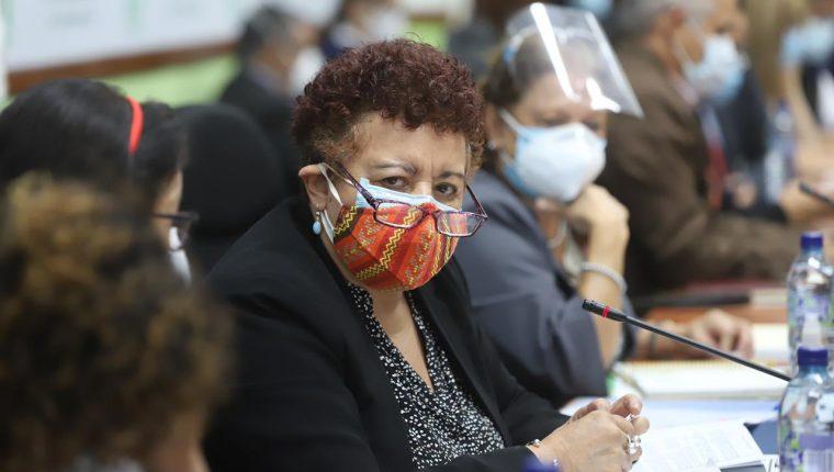 La ministra de Salud Amelia Flores responde preguntas de diputados en el Congreso de la República sobre la vacunación contra el coronavirus. (Foto Prensa Libre: UNE)