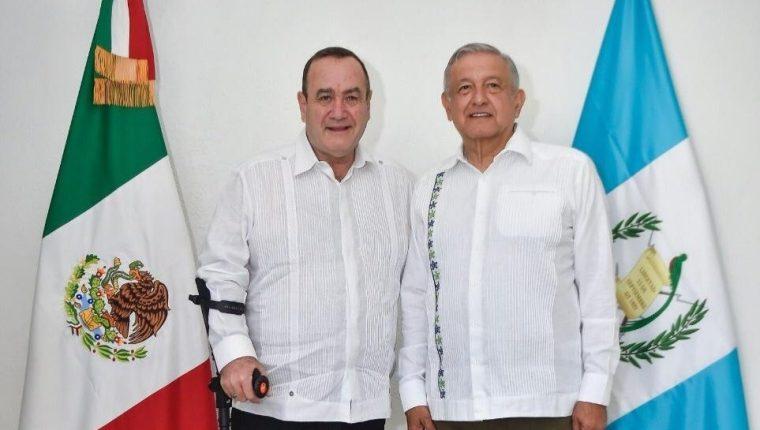 """Alejandro Giammattei -izquierda- viajará este lunes a México para reunirse con el presidente de ese país, Manuel López Obrados, """"AMLO"""". (Foto Prensa Libre: HemerotecaPL)"""