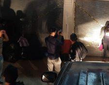Personal del Ministerio Público clausura un negocio en La Democracia, Huehuetenango, donde funcionaba un centro de explotación sexual contra menores. (Foto Prensa Libre: MP)