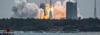 El cohete chino que caía sin control entró a la atmosfera terrestre y se desintegró sobre el océano Índico. (Foto Prensa Libre: AFP)