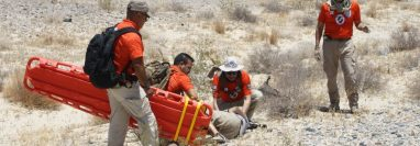 Rescatistas del Grupo Beta del Instituto Nacional de Migración de México participan en el rescate de un migrante, en la zona desértica del norte del país. (Foto: INM)