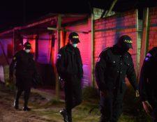 Policías son vistos durante el traslado de los cuerpos de los siete reos asesinados en Cantel, Quetzaltenango. (Foto Prensa Libre: EFE)