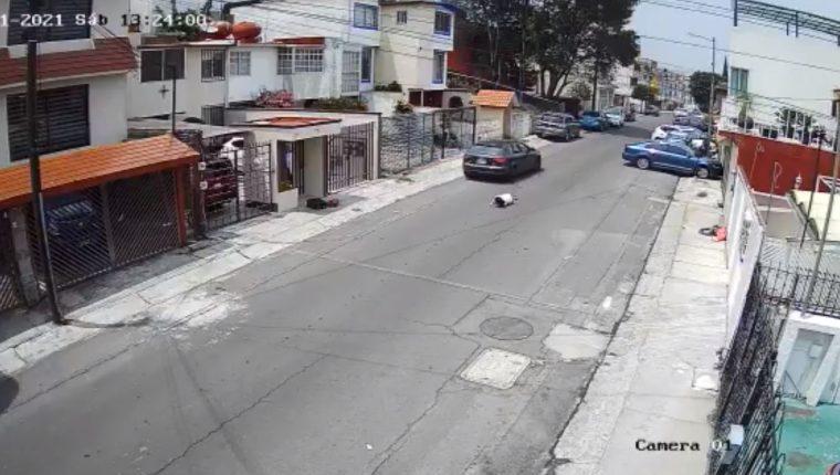 Un hombre fue captado por cámaras de seguridad cuando agrede a su novia, en México. (Foto Prensa Libre: Twitter El Universal)