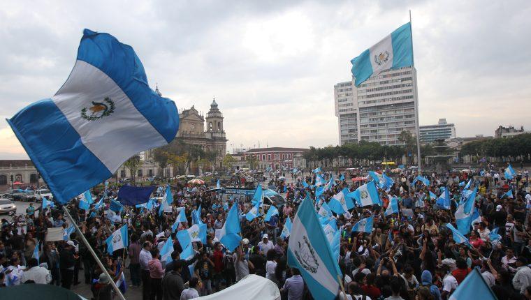 En varias ocasiones guatemaltecos han salido a las calles para rechazar actos de corrupción en instituciones de gobierno. (Foto Prensa Libre: Hemeroteca PL)